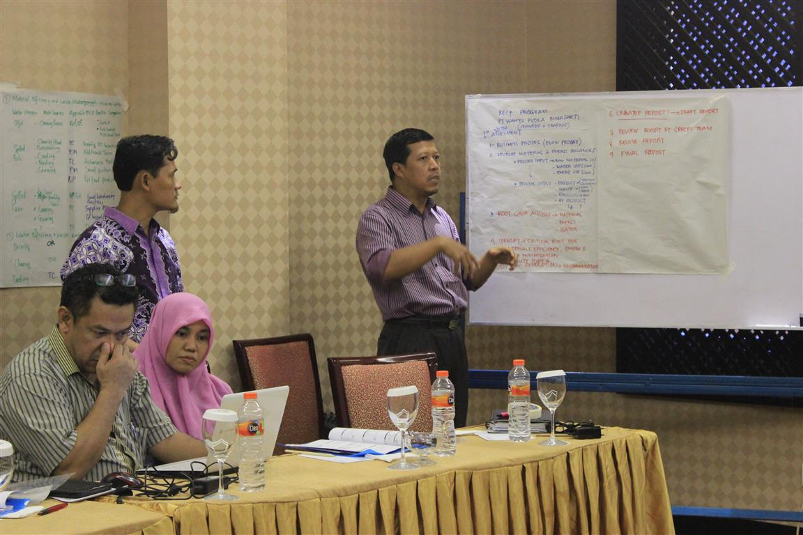 A (trainee) expert answered questions in the exercise session where participants were divided into several small groups to work on study cases.