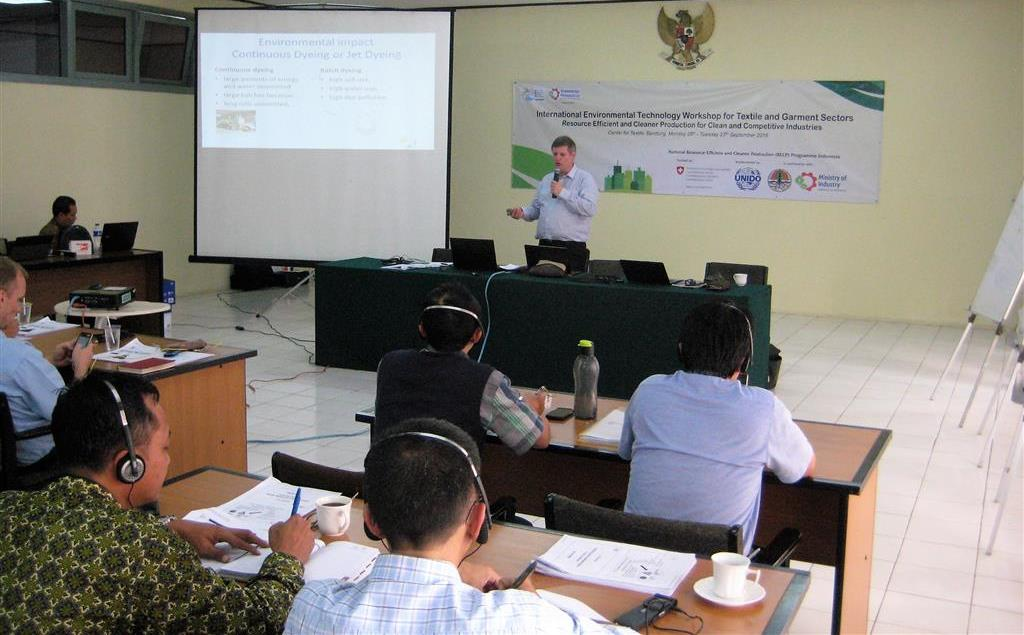 Mr. Bas KOTHUIS, UNIDO international environmental technology expert, speaking on environmental technologies for textile dyeing and printing. Bandung, 26-27 September 2016.