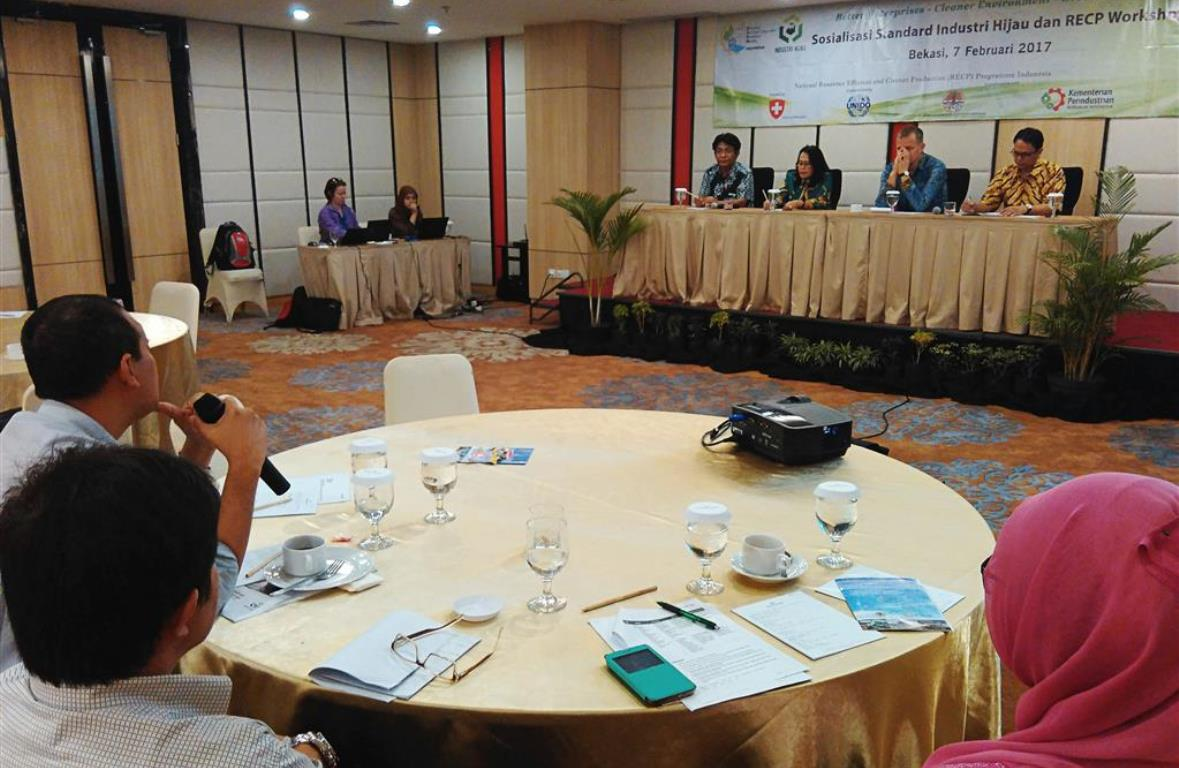 Participant from industry asking some questions to Green Industry Standard Awareness Workshop's panelist. Bekasi, 7 February 2017