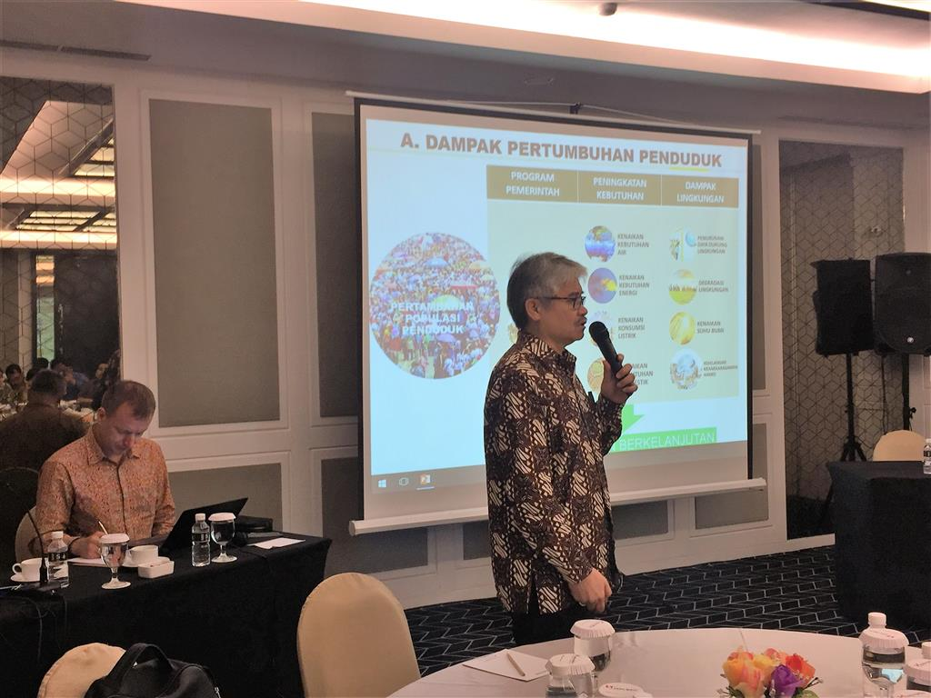 Mr. Lintong Sopandi Hutahaean explained the aim of the workshop to the participants. Surabaya, 16 February 2017.