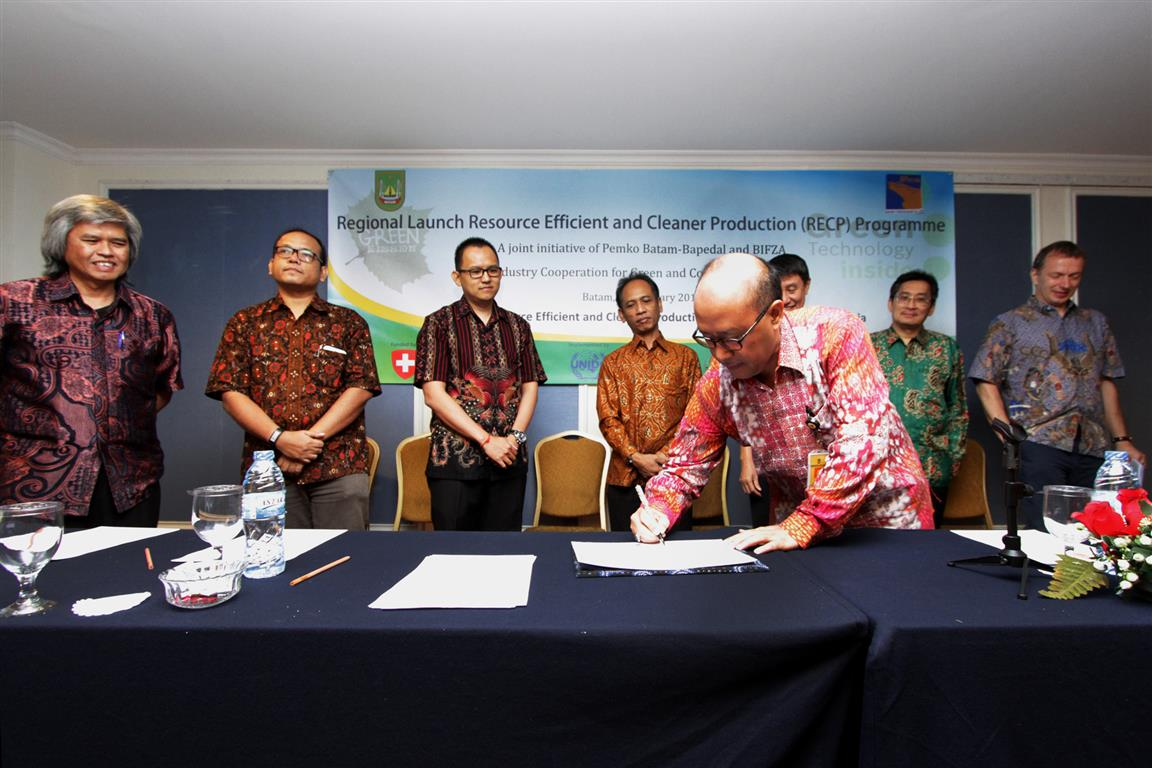 Head of Environmental Agency of Batam City Dendi N. Purnomo signed the Declaration of Commitment to the Establishment of Eco-Industrial Batam through RECP together with four industrial estates, BP Batam, UNIDO, and CRECPI ITB.