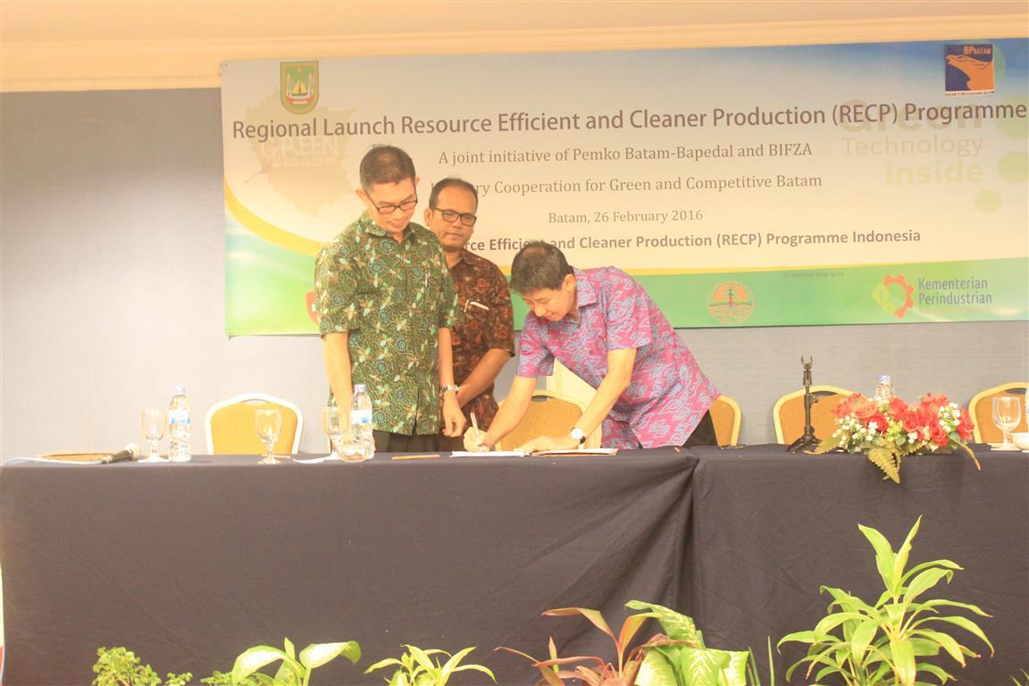 Prof. Tjandra Setiadi as Head of CRECPI ITB signed the cooperation agreement with one of the demonstration industries in Batam witnessed by the management of Panbil Industrial Estate where the industry is located.