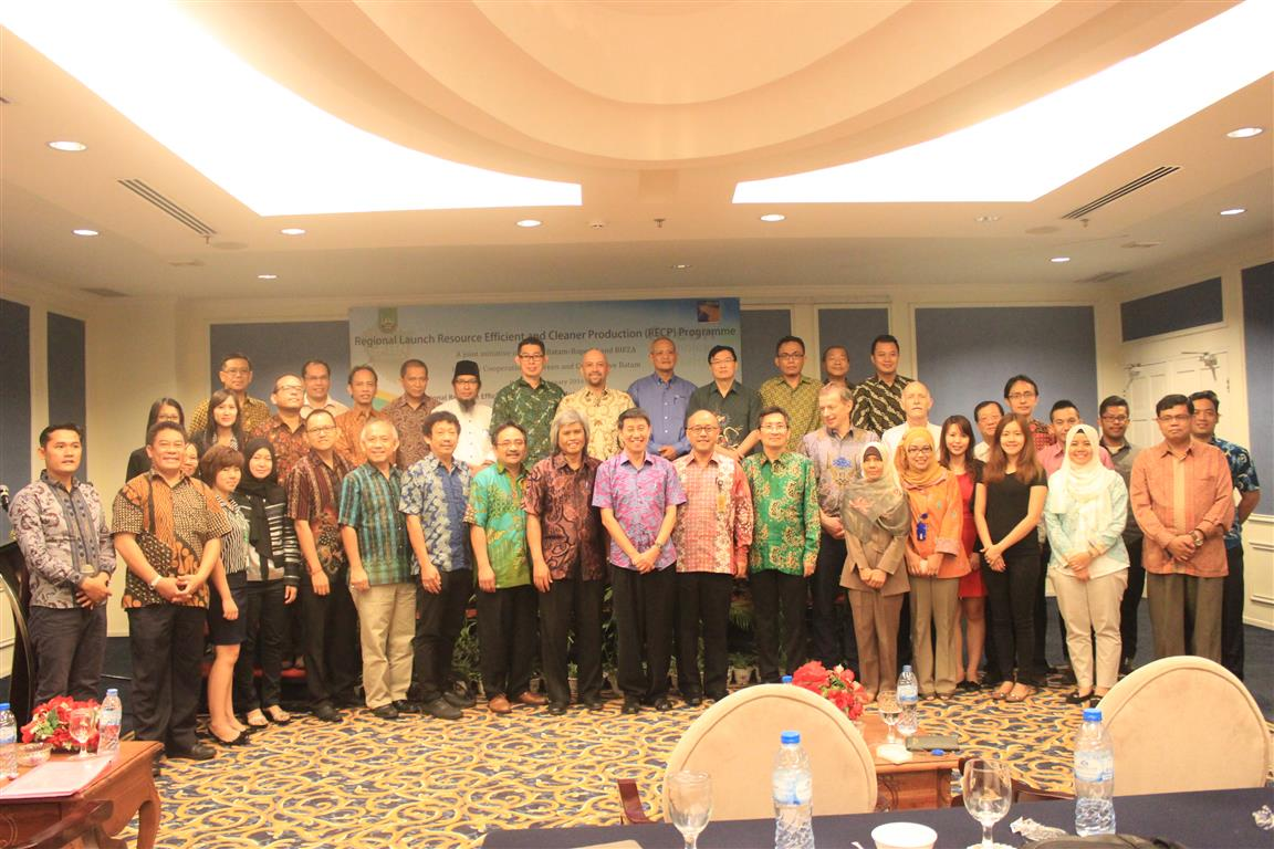 Group photo of invited guests who comes from local government, industrial estates, industries, and trainee National Experts.