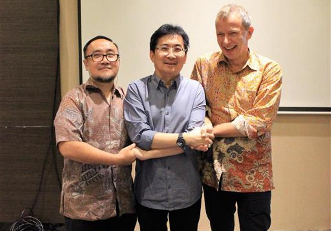 Mr Noer Adi Wardojo of MoEF, Mr Timotheus Lesmana of ICPC, and Mr Rene Van Berkel of UNIDO after signing the declaration for formation of Indonesia RECP Experts Pool. Bandung, 08 November 2016.